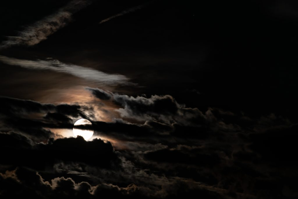 Vollmond am Wolkenhimmel